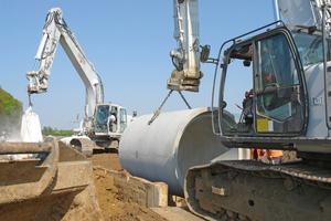 Zwei Bagger sorgten dafür, dass alle Arbeiten vom Aushub über das Einstellen des Verbaus bis hin zum Einheben des Rohres fließend ineinandergriffen