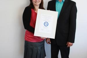 Auch die nächste Generation - die Geschwister Dorothée und Philipp Grafe freuen sich über die Verleihung des FBS-Qualitätszeichens <br />