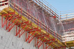 CB 240 Fachwerkkonsolen sind mit der Trio Rahmenschalung zu großflächigen Kletterschalungseinheiten verbunden