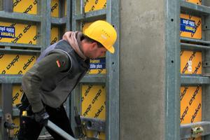 Mit dem Framax-Ausschalwerkzeug ist nur wenig Kraftaufwand erforderlich, um die Schalung schonend vom Beton zu lösen.