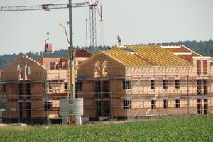 """Die erste Bauphase des Wohnparks """"Paulinchen"""": Mittels des praktischen MauerTec-Verfahrens ließ sich der Rohbau in kurzer Zeit errichten. Bereits im Sommer 2012 wurde der Dachstuhl gezimmert."""