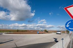 """Gerade bei Verkehrsabschnitten mit einem hohen Lkw-Aufkommen, insbesondere in Kreisverkehrsanlagen, bewährt sich das Bauen mit Beton gegenüber der konventionellen Bauweise<br /><span class=""""bildunterschrift_hervorgehoben"""">Fotos:HeidelbergCement/Fuchs</span>"""