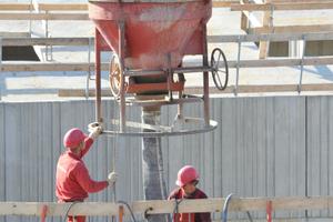 Betonieren der dreißig Zentimeter starken und in Betonfestigkeiten bis C45 mit einem CEM II/A-LL 42,5 R des Zementwerkes Karsdorf erstellten Wände.