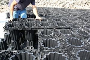 Basis des Systems sind Grundelemente, die mithilfe eines intelligenten Stecksystems im Verband verlegt werden und damit die strukturelle Festigkeit des Gesamtsystems herstellen
