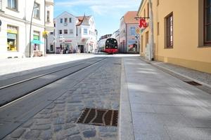 """Rund <span class=""""bildunterschrift_hervorgehoben"""">90 Straßenabläufe Combipoint PP</span> mit den ergänzenden Aufsätzen in Pult- bzw. Rinnenform sorgen nun für eine schnelle und sichere Entwässerung der Goethestraße<br />"""