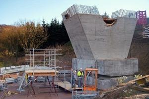 Die beiden V-Stützen der Talbrücke Weißenbrunn sind im unteren Aufstandsbereich als Betongelenke ausgebildet<br />