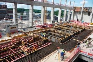 Die rund 60 m lange, 17 m breite und bis zu 4 m mächtige Stahlbetonkonstruktion ruht auf 14 jeweils 17 m langen Stützen und ist vom übrigen Baukörper entkoppelt<br />