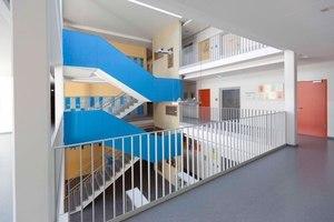 Großzügige Flurbereiche erlauben Blickbeziehungen in die anderen Etagen und bieten genügend Platz, falls die Schülerinnen und Schüler die Pausen aufgrund des Wetters im Innern des Gebäudes verbringen müssen