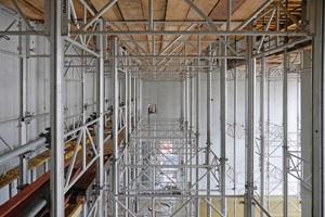 Die MEPGerüsttürme – hier 9 m hoch – tragen nicht nur schwere Lasten, sondern bieten auch einen sicheren Aufstieg. Die Aussteifungsrahmen sind gleichzeitig Geländer.
