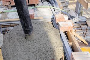 Bei den Tiefgaragen-Decken verwendete man noch zusätzlich oberseitige Fugenabschlussbänder, oberflächig zur Fase eingebautWichtigste Eigenschaften der schweißbaren Tricomer-Fugenbänder: Hohe Festigkeit, hohe Dehnung und hohes Rückstellvermögen