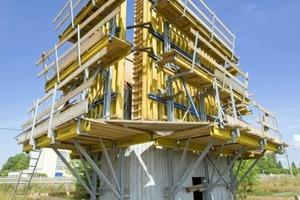Die Doka-Kletterschalung MF 240 ist mit bauaufsichtlich zugelassenen Konen am Anfängerblock befestigt. Die darauf stehenden Top 50-Elemente lassen sich mühelos um bis zu 75 cm vom Beton zurückspindeln