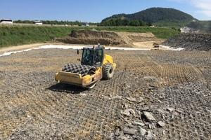 Neben dem Abtrag und Wiedereinbau des Bodens kommt der zielgerichteten, effizienten Verdichtung des Materials eine besondere Rolle zu. Dies spiegelt sich auch bei der Ausstattung des 20-Tonnen-Walzenzugs mit CCS-Steuerung von Trimble wieder.