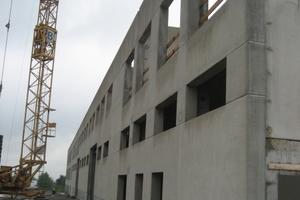Element-Bauweise: Vorgefertigte Wandelemente aus Leichtbeton sind passgenau und reduzieren die Bauzeit erheblich