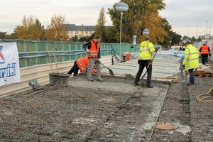 Die alten Asphaltdeckschichten wurden abgefräst, die obere Betonschicht der Konstruktion entfernt, die Brückenkappen abgetragen und in einer neuen Stahlbetonkonstruktion aufgebaut