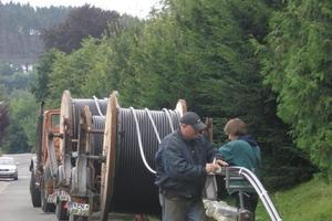 Drei 10 kV Kabel werden zu einem Kabelstrang zusammengebunden und dann als gebündelter 3er-Strang in je ein Leerrohr eingezogen<br />