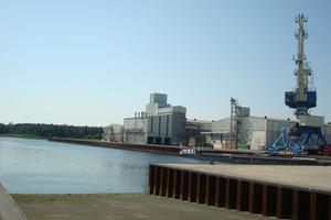 """<span class=""""bildunterschrift_hervorgehoben"""">Regionale Infrastruktur verbessert:</span> man hat eine wesentliche Voraussetzungen dafür geschaffen, den Hafen als Umschlagplatz von Schwergütern weiter zu entwickeln<br />"""