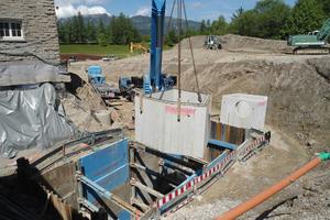 Individuell gefertigte und komplett ausgestattete Stahlbeton-Schachtbauwerke wurden ebenfalls von Rinninger zur Baustelle geliefert