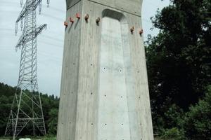 2Die vier Sichtbeton-Pfeiler der Steinbachtal-Brücke bei Beikheim in Oberfranken weisen eine etwas ungewöhnliche Form auf. Neben dem in den Pfeilerschäften eingelassenen Spiegel weiten sich die Pfeilerköpfe auch noch in konkaver Rundung nach außen auf
