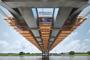 Betonierabschnitte: Die Fahrbahnplatte der Stahlverbundbrücke wird in 21 Betonierabschnitten hergestellt. Die dazu konstruierten Gespärreeinheiten basieren auf mietbaren Systemteilen des Variokit Ingenieurbaukastens<br />