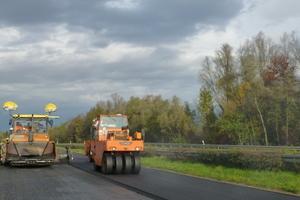 B28 Appenweier: Erfolgreicher Einbau von 5.600 t Binderschicht und 2.900 t Deckschicht in fünf Tagen.