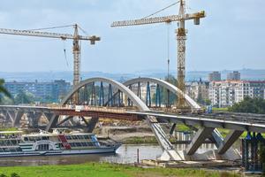 Brücken-Überbau: Peri plante und lieferte die Schalungslösung für die Herstellung des Überbaus der Stahlverbundbrücke. Nach Fertigstellung verbindet die Straßenbrücke den Osten und den Süden der Stadt mit den Gebieten im Norden Dresdens<br />