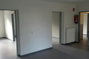 Wie ganz normale Wohnräume erscheinen die mobilen Unterkünfte von innen – trotz der Fertigteilbauweise.
