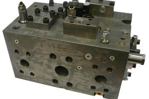 Der hydraulische Steuerblock regelt die hydraulische Ansteuerung der Zylinder und schaltet den Zusatzzylinder je nach Last zu oder ab