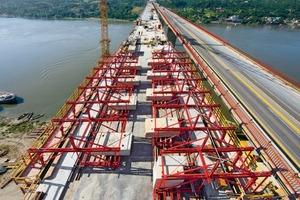 """links: Insgesamt vier Variokit Gesimskappenwagen arbeiten zeitgleich und erlauben dadurch die regelmäßige Fertigstellung von sechs Betonierabschnitten mit insgesamt 130 m Kappenlänge pro Woche<br /><br />rechts: Bereits für die Brückenpfeiler konzipierten die serbischen und deutschen Peri Ingenieure zusammen mit dem Alpine Projektteam eine wirtschaftliche Kletterschalungslösung<span class=""""bildunterschrift_hervorgehoben"""">Fotos: Peri GmbH</span><br />"""