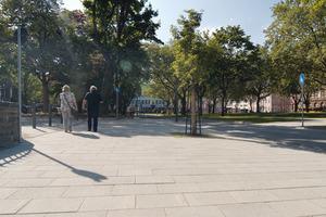 Hier war mal ein Parkplatz. Jetzt dienen Clemens- und Reichenspergerplatz als verbindende Achse zwischen Altstadt und Rheinufer. Auf der neuen Rheinpromenade finden Fußgänger und Radfahrer gleichermaßen Platz. Zudem lädt die Gastronomie zum Verweilen ein