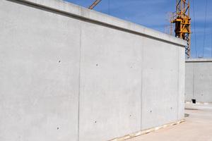 Makelloser Sichtbeton in SB3-Qualität, erzielt mit aufbereiteten Elementen der Wandschalung Mammut 350
