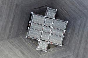 unten: Mittels variabler Feldlängen lässt sich das Allround Traggerüst TG 60 von Layher genau an die hexagonale Gebäudegeometrie beim Bau eines Silos anpassen.