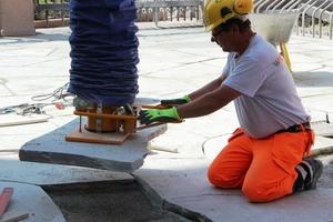 Der am Ausleger angebrachte Vakuum-Schlauchheber hebt auch Baustoffe mit rauer Oberfläche