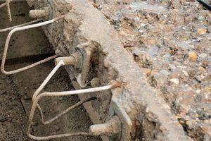 Zur Betonsanierung an der Brücke wurde das Hochdruckwasserstrahlverfahren eingesetzt