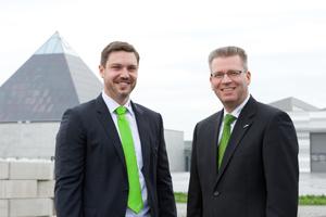 Geschaeftsführer Dr. Andreas Maurer und Michael Ibarth vor der neuen Akademie bzw. des neuen Museums bei Sennebogen
