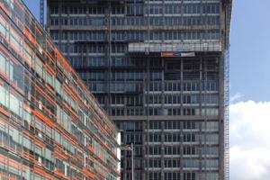 """links: Hek Mastkletterbühnen bei der Sanierung des ehemaligen Hamburger Polizeipräsidiums""""Werkstattbedingungen"""" unter dem Wetterschutzdach auf den Hek Mastkletterbühnen in Hamburg"""