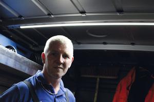 Von dem Licht der dünnen LED-Deckenleuchten ist Tony Loudon besonders überzeugt