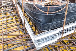 Die Decken der Tiefgaragen haben eine Fläche von 20.000 m². Die Dehnfugen wurden mit dem innen liegenden Dehnfugenband mit Mittelschlauch des Typs Tricomer BV 320/6 abgedichtet
