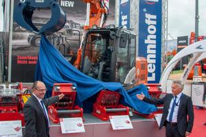 Auf dem Lehnhoff-Messestand enthüllen die Geschäftsführer Karl-Heinz Traa und Matthias Bürkel die neuen SQ-Schnellwechsler.