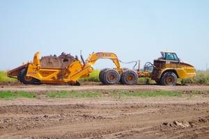 """Der große amerikanische Scraper K-Tec 1243 wird nicht an einen Traktor gehängt, sondern mit Schwanenhals auf 309 kW (420 PS) starke 6x6-Chassis knickgelenkter Muldenkipper aufgesattelt<br /><span class=""""bildunterschrift_hervorgehoben"""">Foto: DBH</span><br />"""