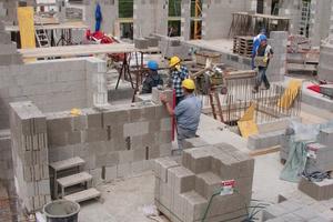 Bei günstiger Wetterlage waren rund 28 Baufachhandwerker auf der Baustelle tätig