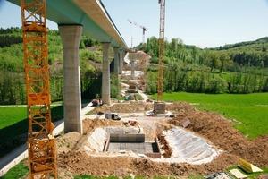 1Die A98 bei Rheinfelden wurde vor fast 10 Jahren mit 2 Spuren in Betrieb genommen, seit 2007 wird sie 4-spurig ausgebaut. Dadurch wurde eine zweite Brücke – parallel zur bestehenden und baulich mit ihr identisch – über den Dultenaugraben nötig