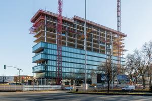 Der 62 m hohe, modern gestaltete Gebäudekomplex wird die neue Deutschlandzentrale des Kosmetikkonzerns L'Oréal.