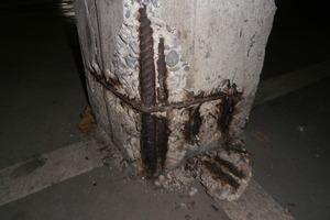 Abb. 2: Stützenfuß mit abgeplatzter Betondeckung infolge kombinierter Chlorid- und Karbonatisierungskorrosion.