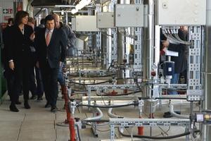 Einweihung des neuen Tunnelofens in Vatersdorf: LB-Geschäftsführer Thomas Bader erklärt der bayerischen Wirtschaftsministerin Ilse Aigner die technischen und energetischen Vorteile der modernen Ofenanlage – vor allem die Senkung des Energieverbrauches um dreißig Prozent.<br />