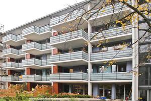 Gartenseitig verfügen die Wohnungen über großzügige Balkone. Die tragende Verbindung mit dem Gebäudekern bildet der Isokorb von Schöck