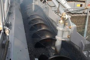Die Höhe der Verteilerschnecke lässt sich während des Einbaus über die gesamte Arbeitsbreite um bis zu 20 cm hydraulisch verstellen. Die großen Flügeldurchmesser der Verteilerschnecke (480 mm) sorgen für eine entmischungsfreie Vorlage des Mischgutes<br />