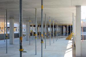 Die Decken mit Plattenraster 2,50 x 1,00 m erhalten im Ausbau lediglich eine Spachtelung von max. 5 mm Dicke