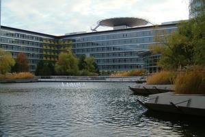 """Bürokomplex Nürnberger Versicherung mit 100 % Regenrückhaltung auf dem Grundstück. Regenwasser wird als Feuerlöschreserve genutzt, die restliche Menge über begrünte Dachflächen und künstlichen Teich verdunstet<span class=""""bildunterschrift_hervorgehoben"""">Fotos: König </span><br />"""