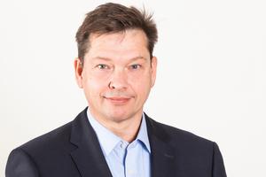 """<strong>ZUM AUTOR</strong>Prof. Dr.-Ing. Christof Gipperich absolvierte ein Maschinenbaustudium an der Ruhr-Universität Bochum und promivierte anschließend am Lehrstuhl für Bauverfahrenstechnik, Tunnelbau und Baubetrieb. Erfahrungen in der Industrie sammelte er bei der Hochtief Solutions AG als Projektleiter mehrerer großer Tunnelbauprojekte (Wesertunnel, S-Bahn Flughafen Hamburg, U4 HafenCity Hamburg) sowie als Niederlassungsleiter. Zwischenzeitlich übernahm er die kaufmännische Abteilungsleitung bei Herrenknecht, einem<br />weltweit tätigen Baumaschinenhersteller für Tunnelbohrmaschinen. Zusätzliche Berufserfahrung erlangte er in seiner Funktion als Geschäftsführer der juwi Energieprojekte GmbH, einem Projektentwickler für<br />Wind-Onshore- und Solar-Anlagen. 2015 wurde Christof Gipperich zum Professor für das Lehrgebiet<br />""""Projektmanagement im Infrastrukturbau"""" an der Hochschule Biberach berufen."""