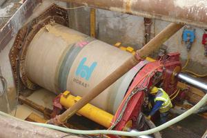v.l.n.r.: Die Firma Ludwig Pfeiffer Microtunnel führte den Vortrieb mit Hobas GFK-Rohren DN 2000 (DA 2160) durchDie Rohrleitung verläuft unterhalb des Kais von Ivry-sur-Seine (Paris)